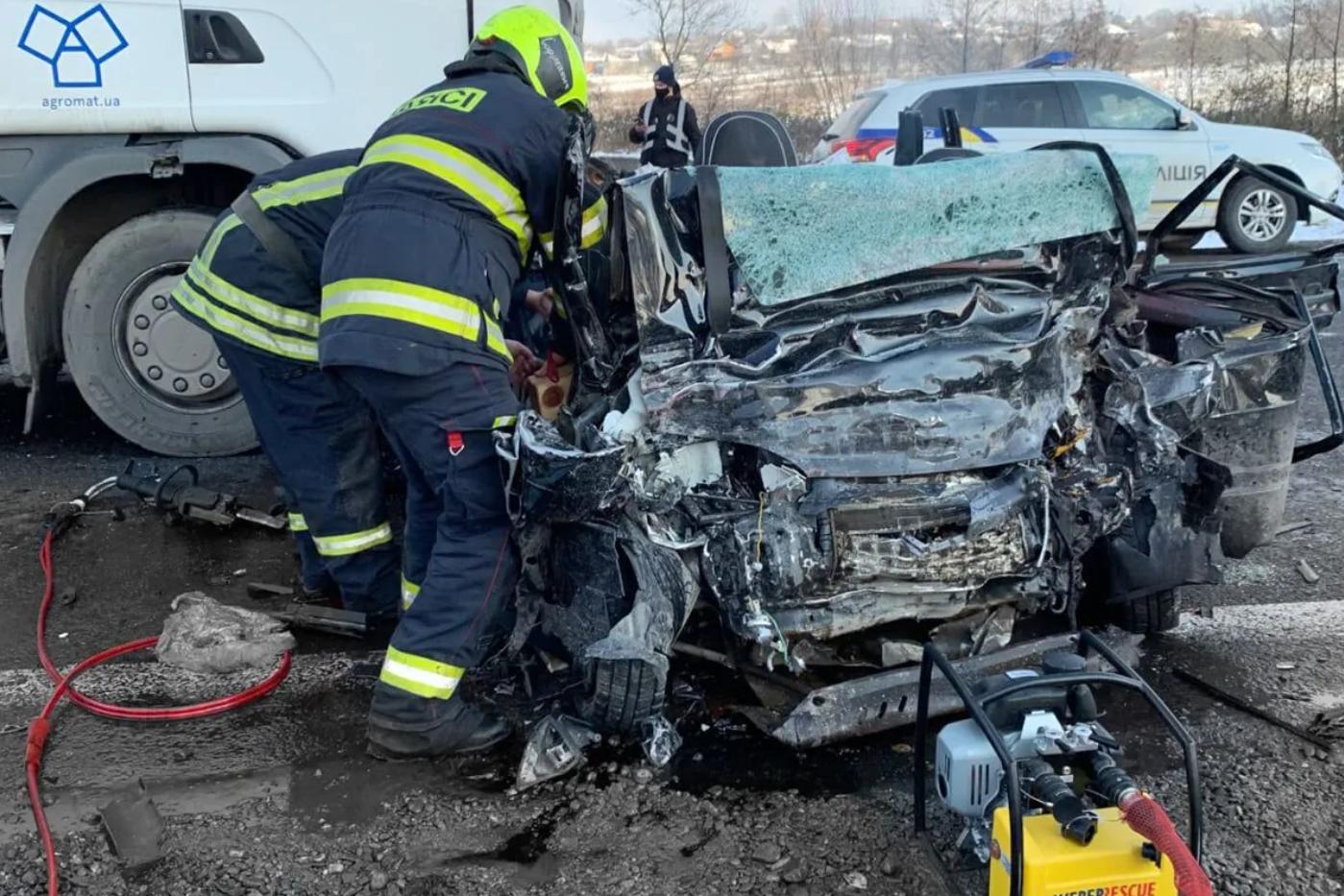 Рятувальники діставали з авто тіла