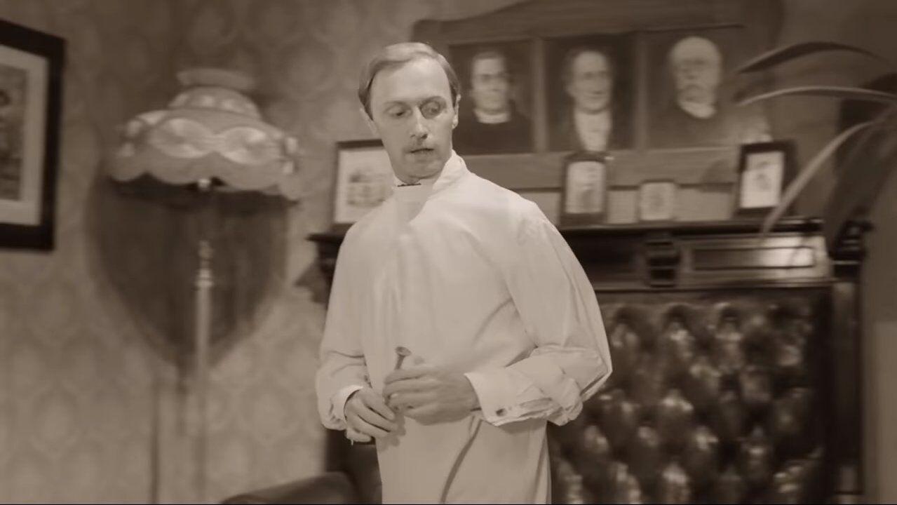 Плотников в роли доктора Борменталя