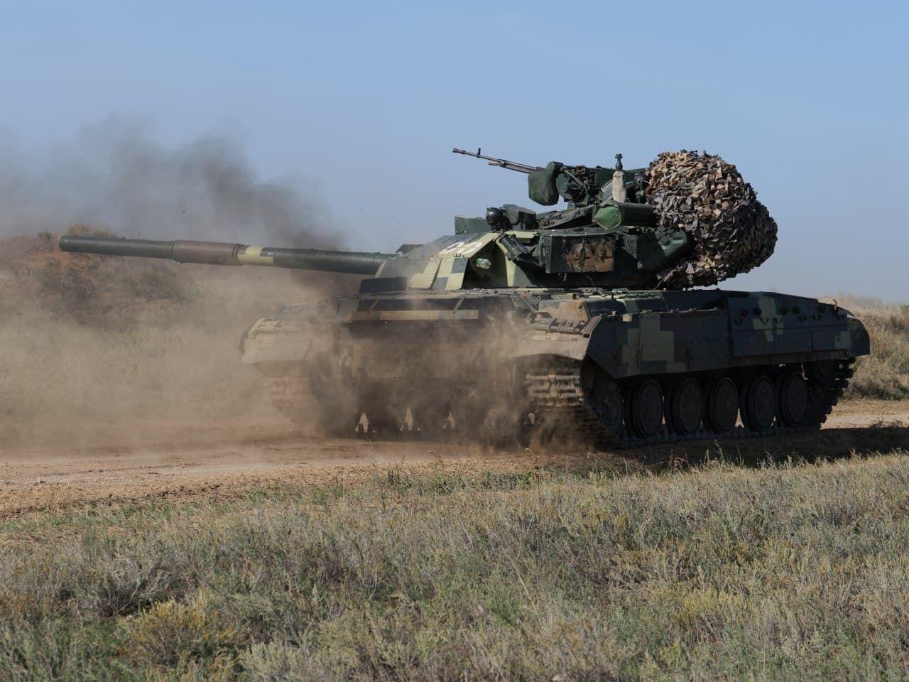 Танкисты тренировались открывать внезапный огонь прямой наводкой по врагу.