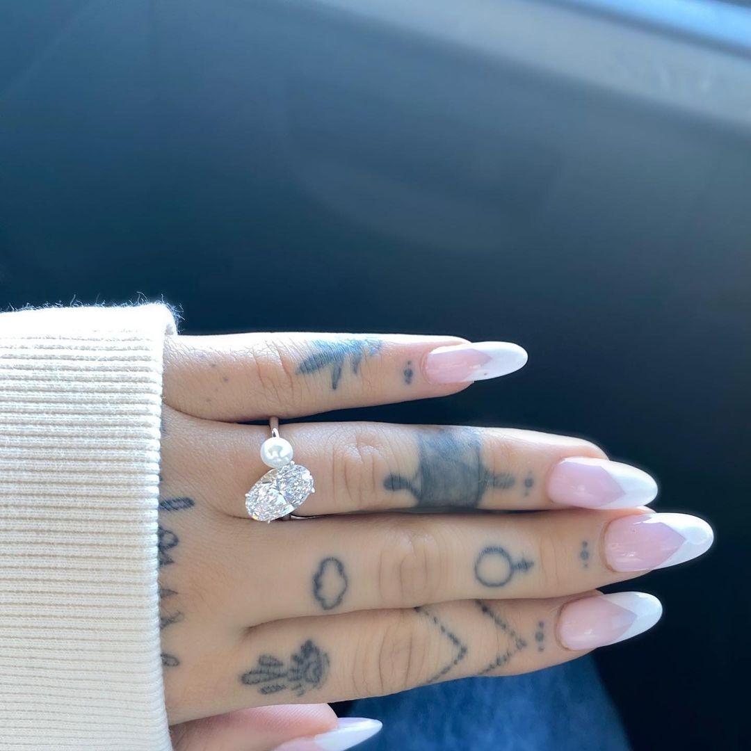 Ариана Гранде показала обручальное кольцо