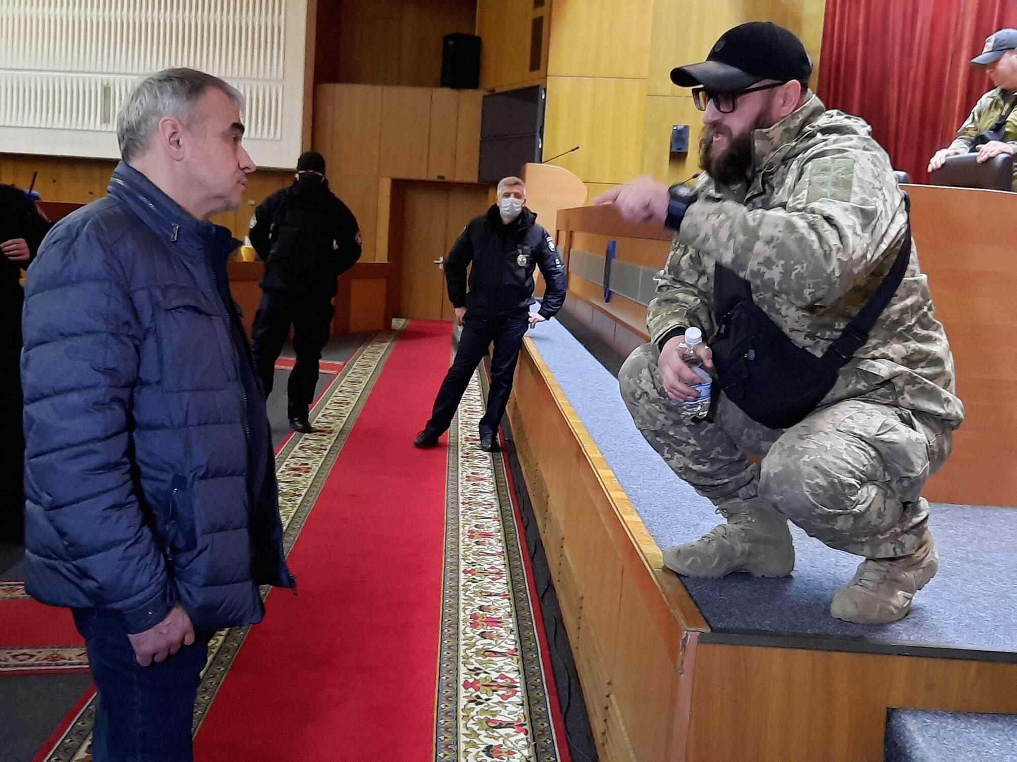 Неизвестные люди в здании Запорожского облсовета