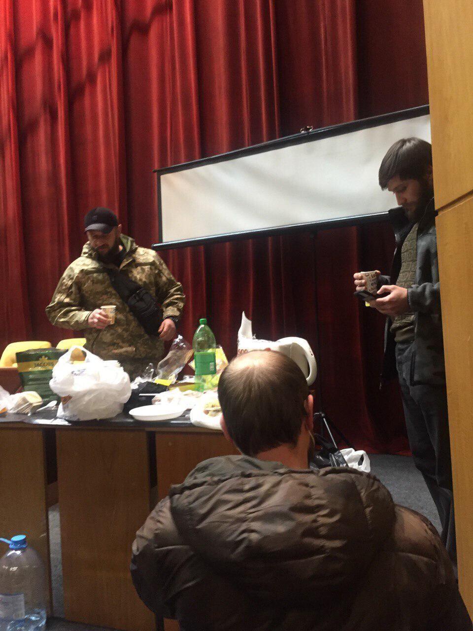 Люди в камуфляже в здании Запорожского облсовета