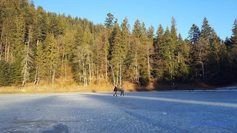 Люди свободно гуляют по льду