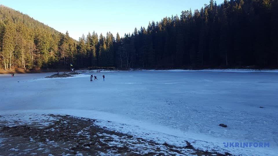 Замерзло наибольшее озеро Украинских Карпат – Синевир