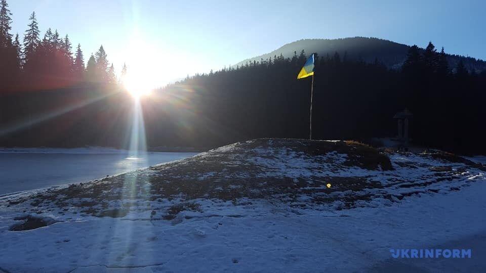 Можно добраться к центальному островку с украинским флагом