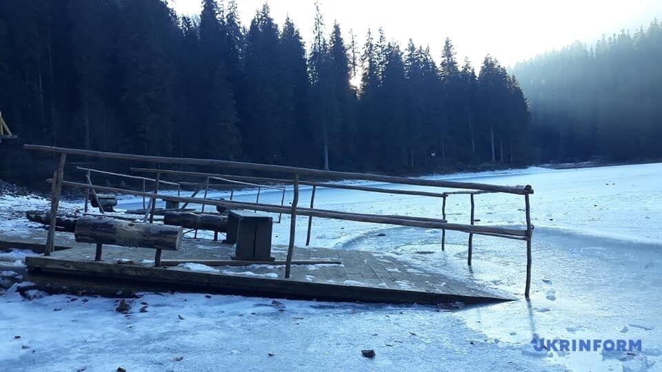 У озера нет знака о запрете не ходить по льду