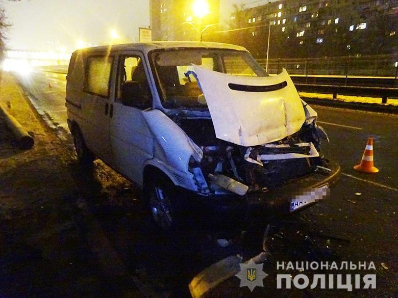 Иностранец угнал машину со стоянки и разбил ее.