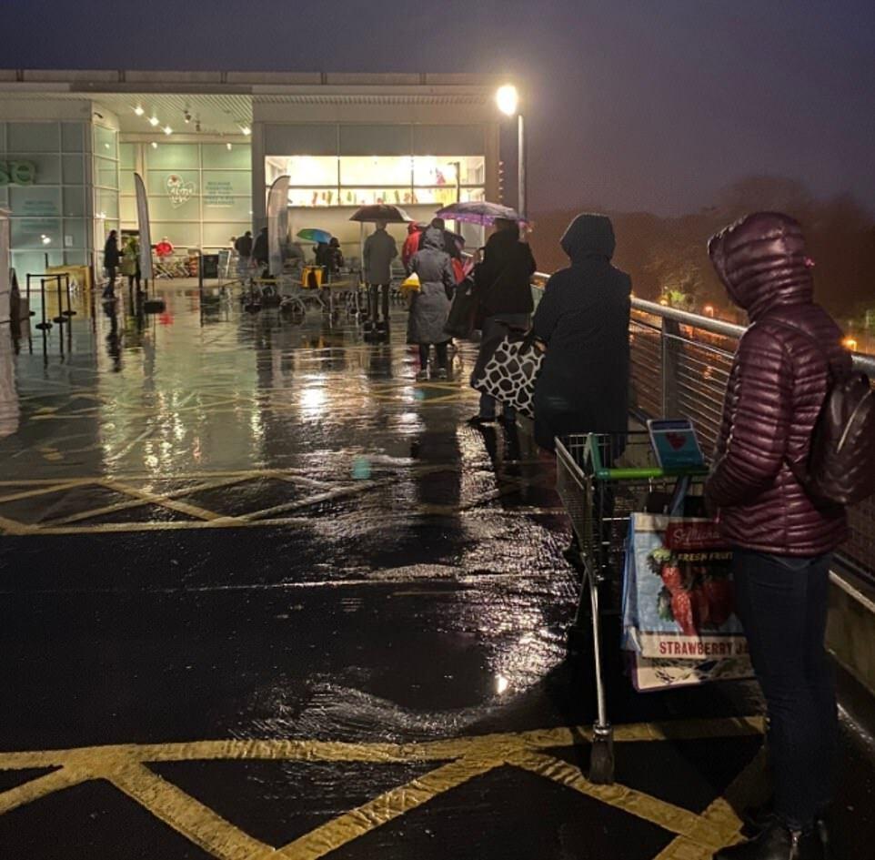 Огромная очередь в британский супермаркет
