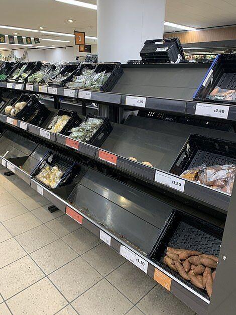 Пустые полки в магазине Sainsbury's