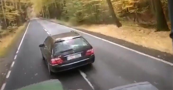 Mercedes кілька разів різко гальмував перед трактором