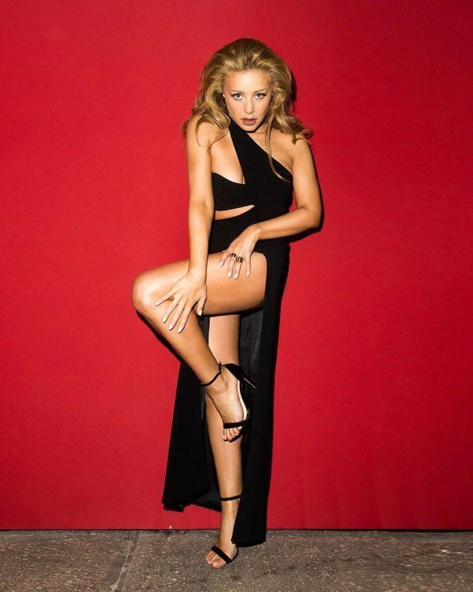 Тина Кароль в откровенном черном платье
