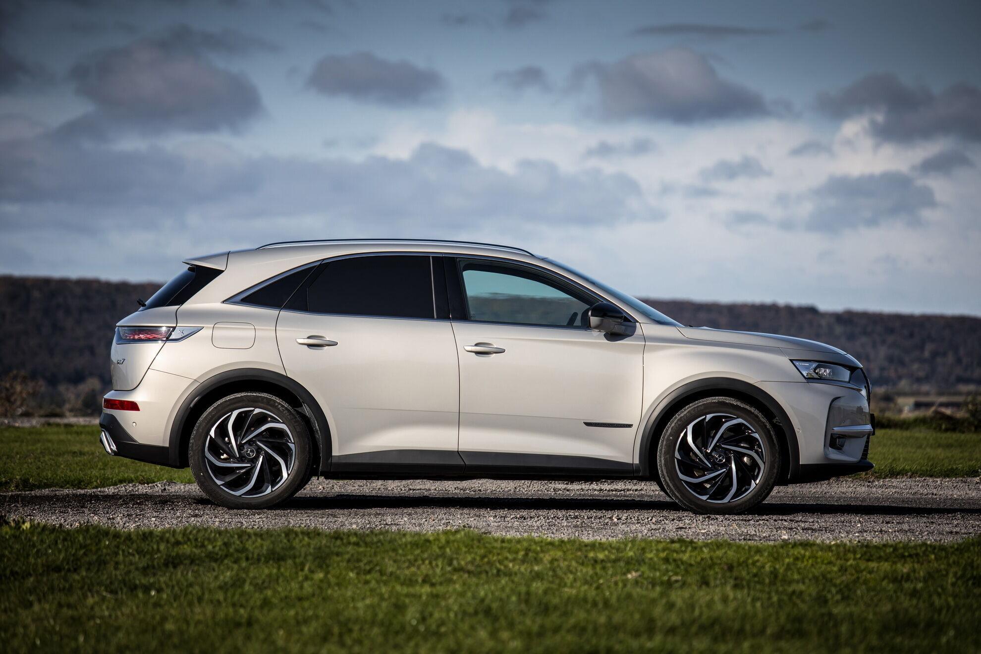Благодаря батарее автомобиль может преодолевать на электротяге до 50 км