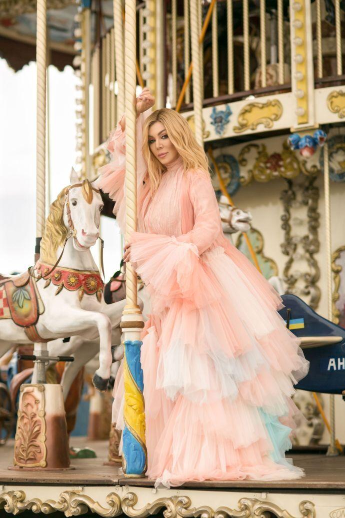Ирина Билык в платье, напоминающее розовый пудинг