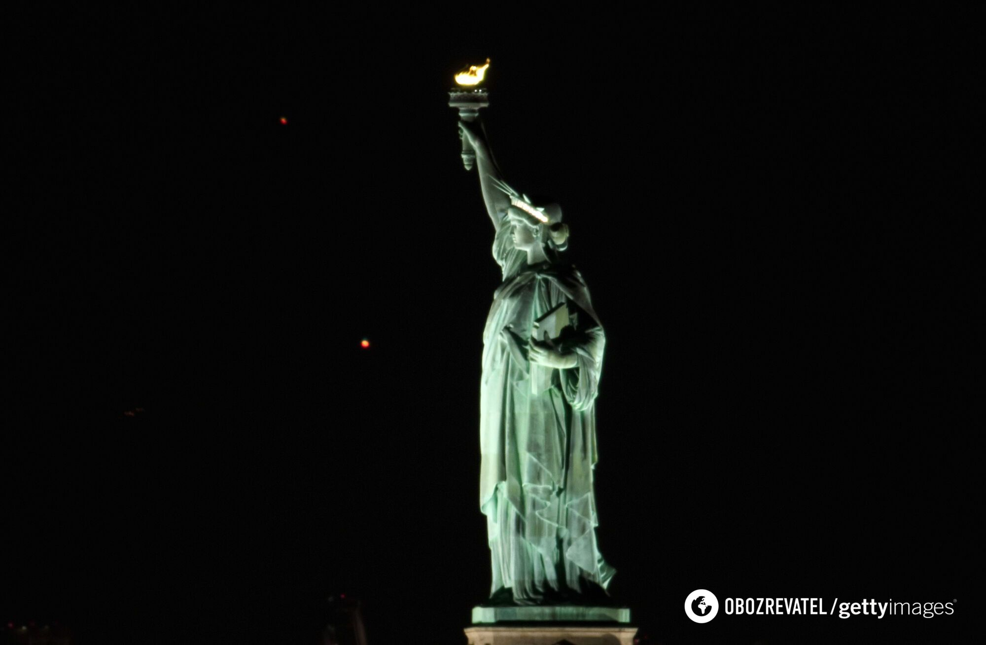"""Віфлеємська зірка"" на тлі статуї Свободи в Нью-Йорку."