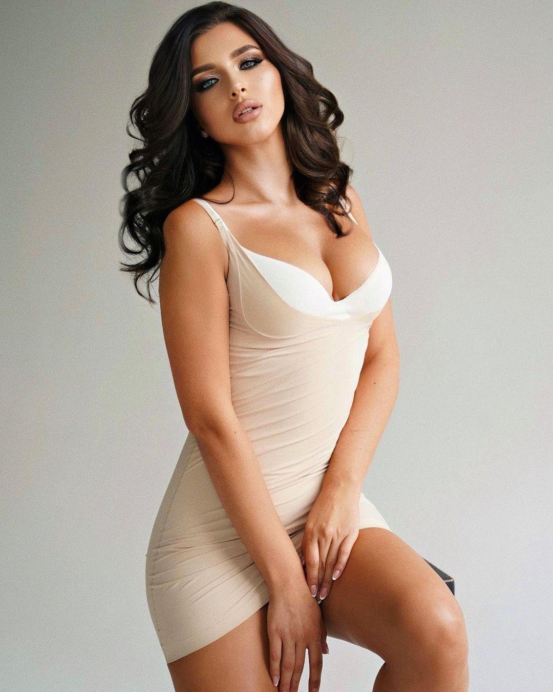 Карина в белом