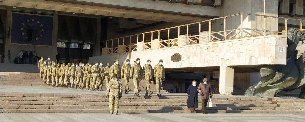 К церемонии прощания с Кернесом привлекли курсантов.