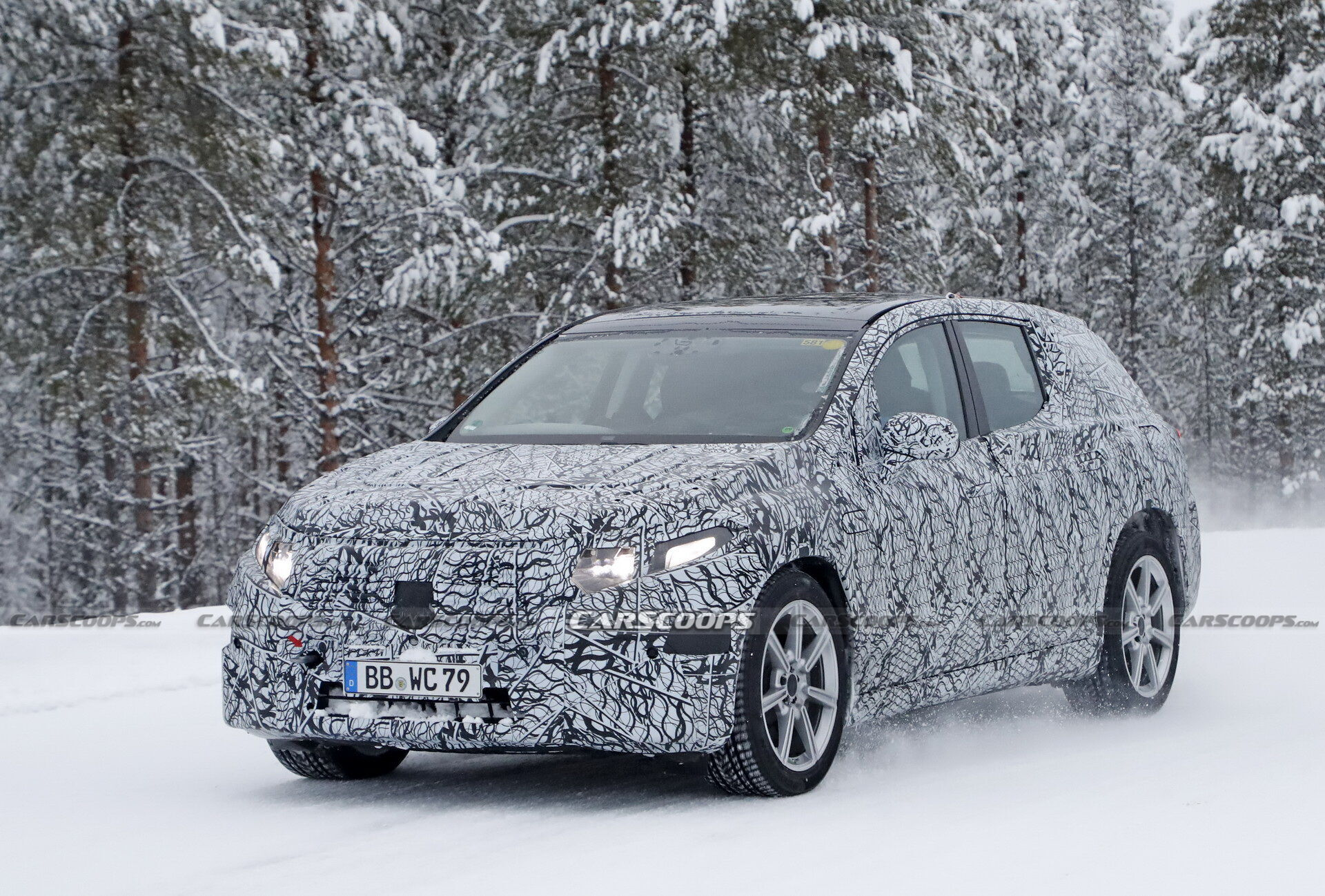 Электрический кроссовер Mercedes-Benz EQS проходит зимние испытания
