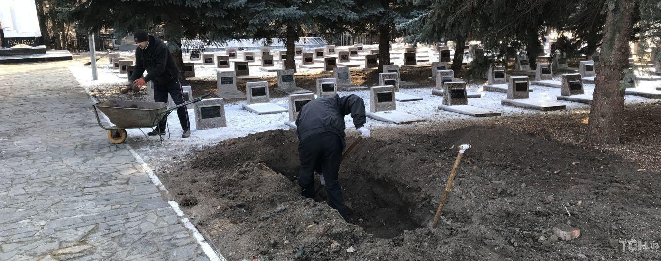 Могилу для Кернеса копают вручную.