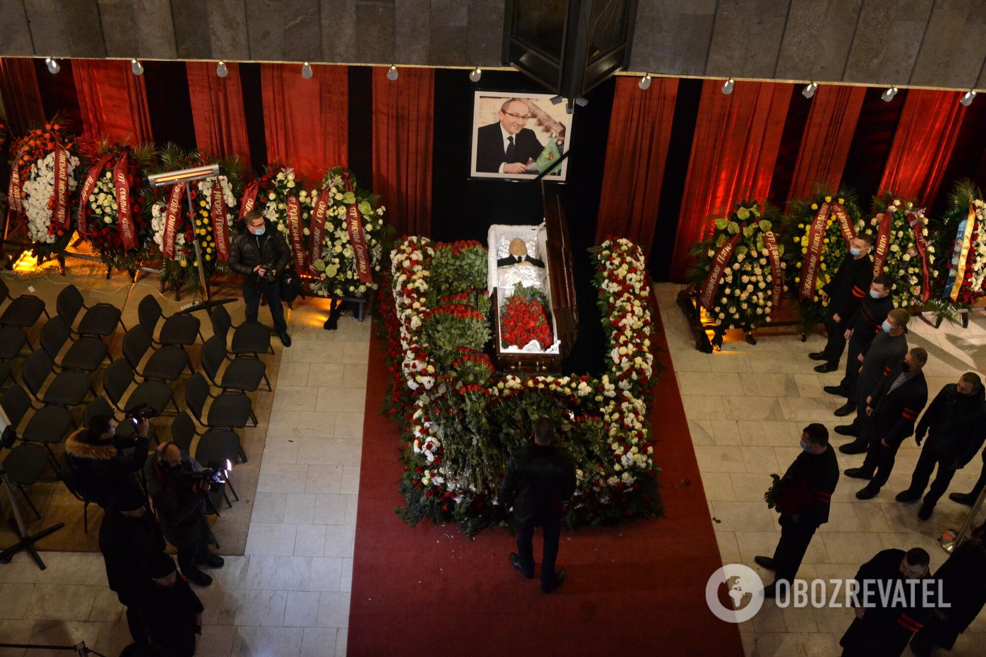 Гроб с телом Геннадия Кернеса
