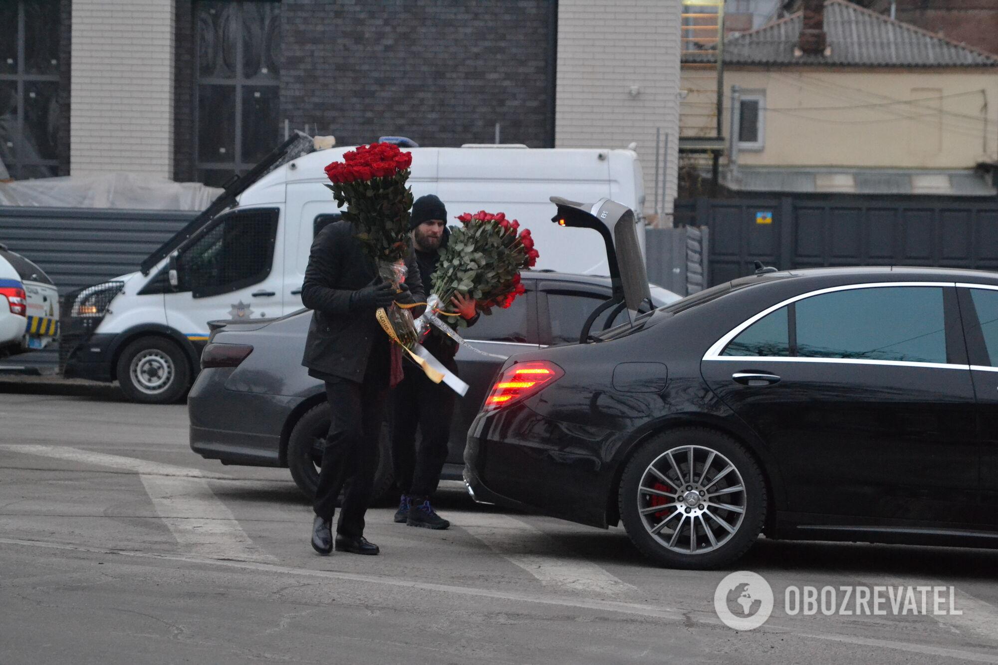 На похороны Кернеса привезли цветы