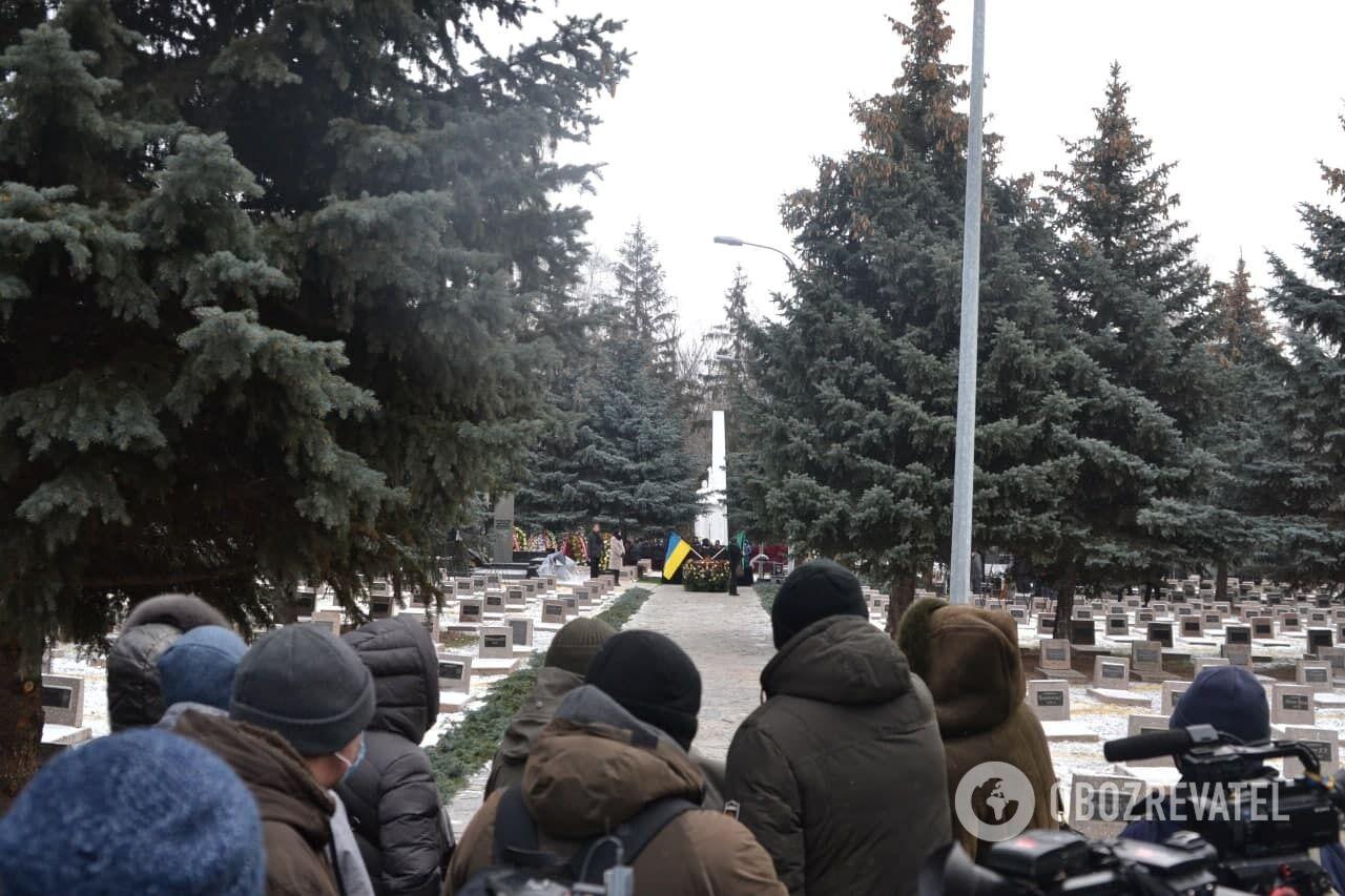 Люди пришли к месту погребения Кернеса заблаговременно