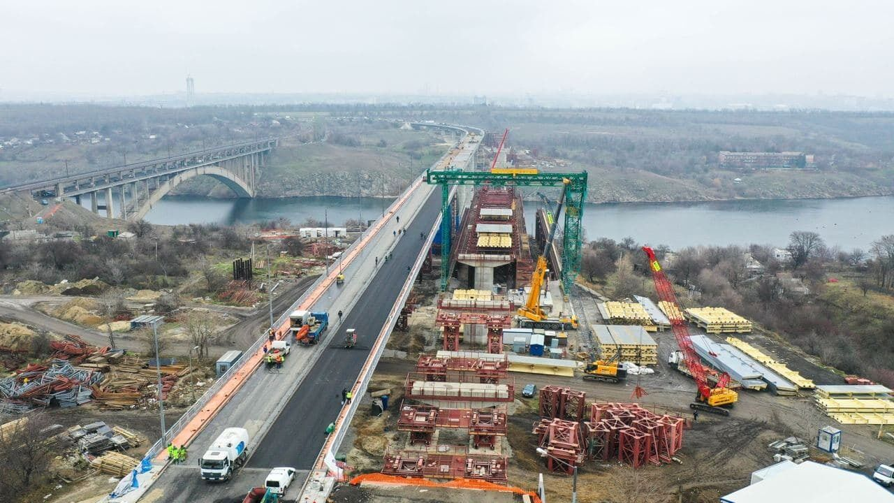 Обсяг виконаних робіт на автомагістралі за 8 місяців одного року перевищує в рази те, що було зроблено за 16 років