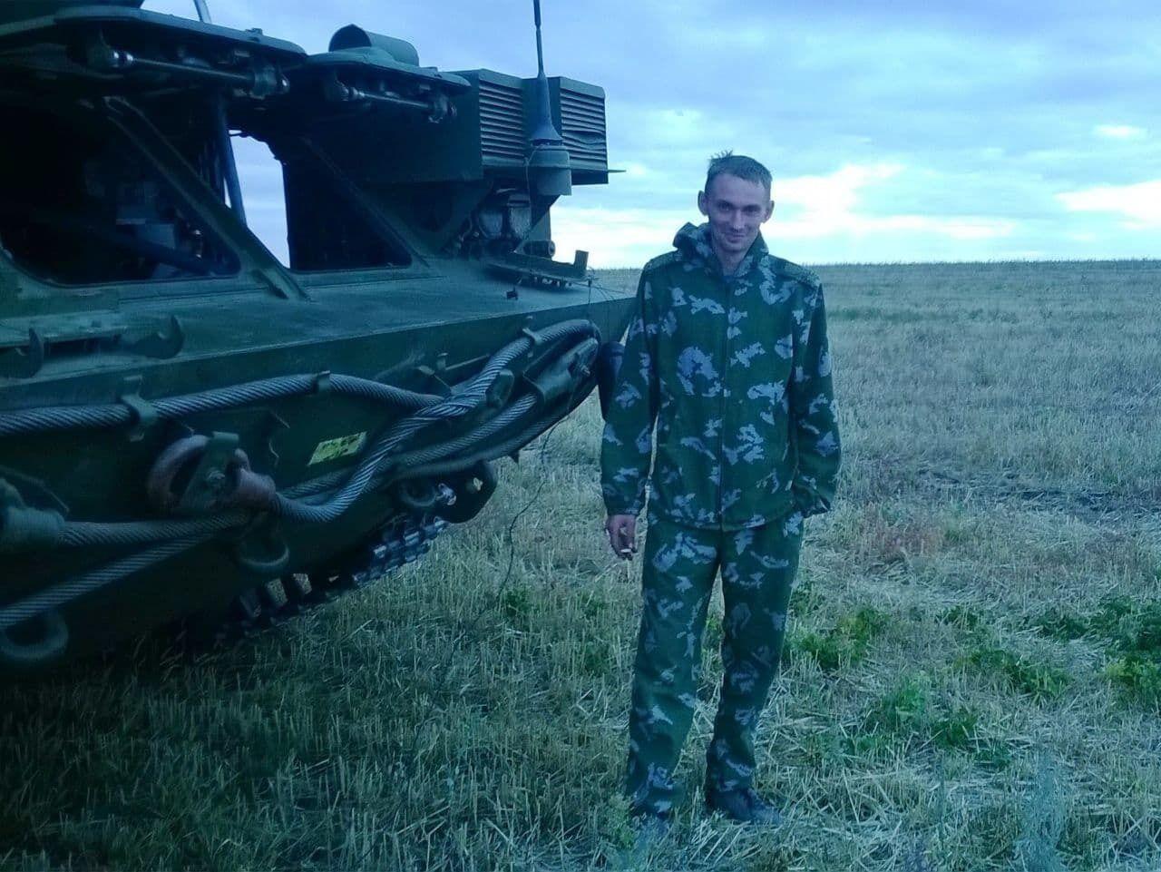 У мережі знайшли його фото на тлі військової техніки