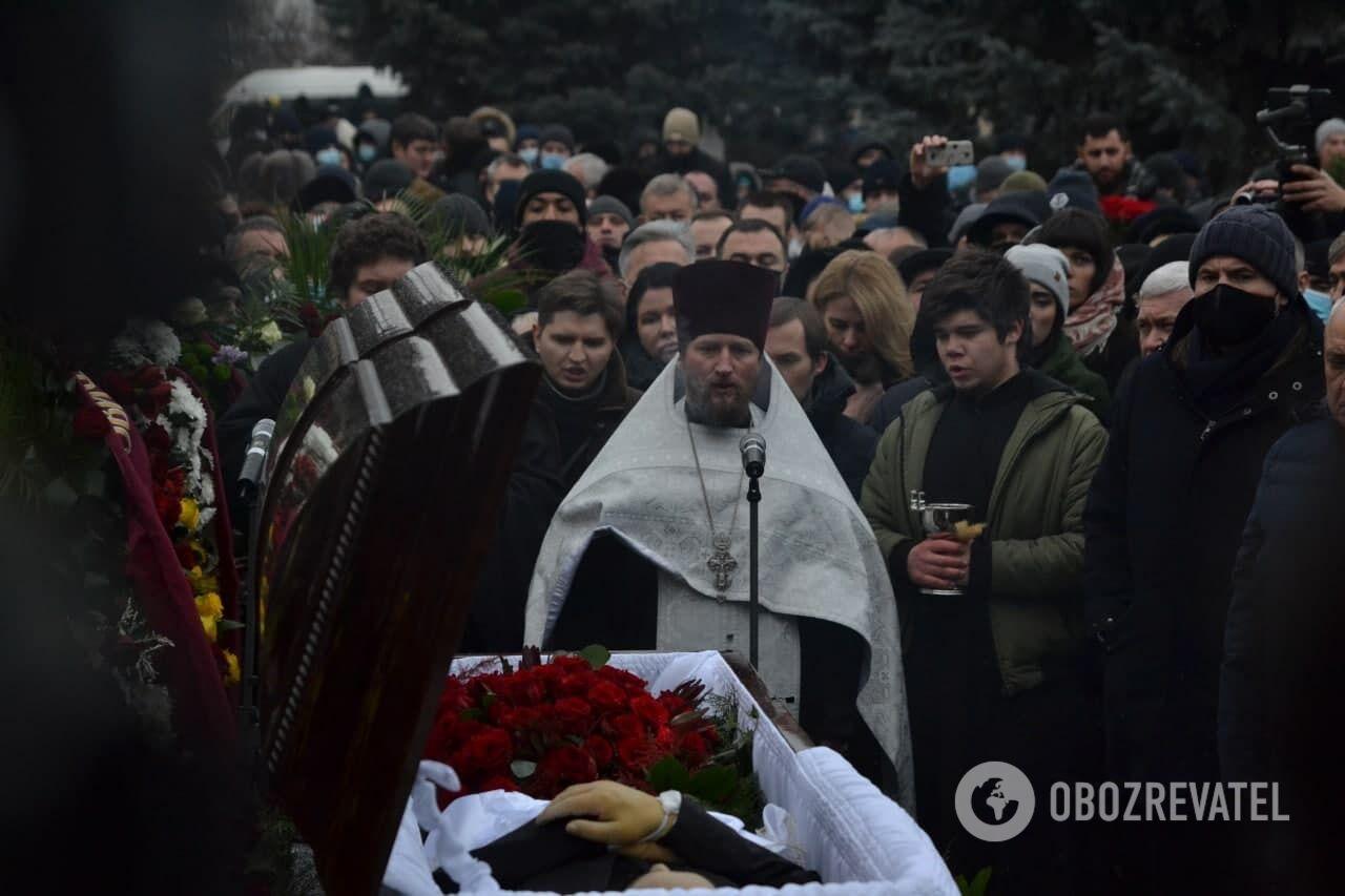 Священник на кладбище