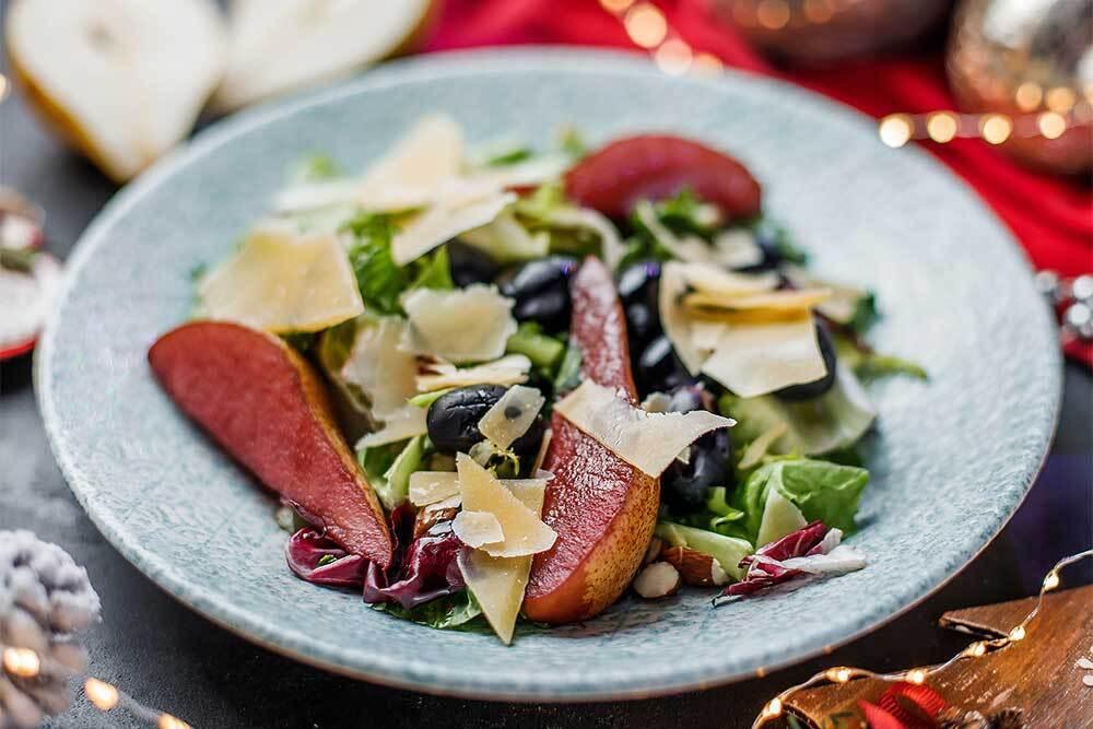 Салат с грушей и виноградом.