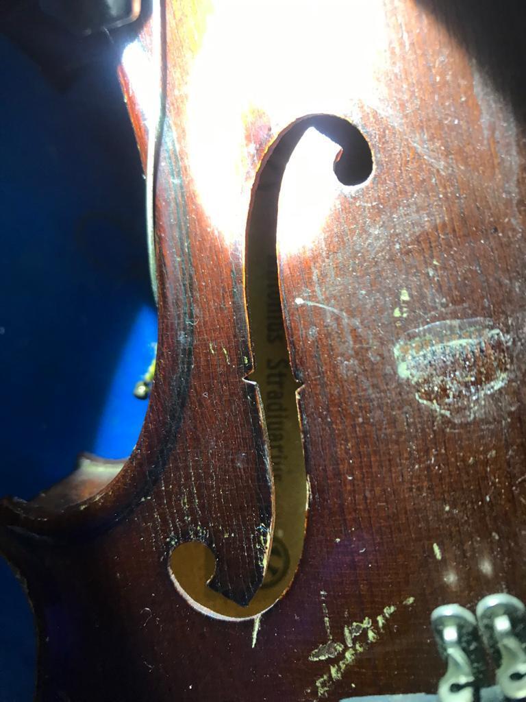 Скрипку виготовив італійський майстер Антоніо Страдіварі