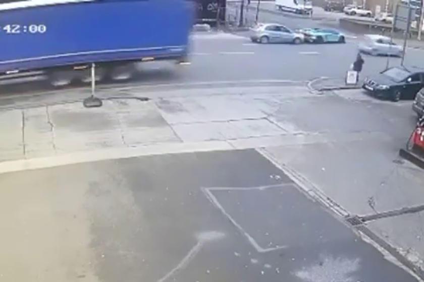 А здесь уже виден непосредственно удар (оба авто - в правом верхнем углу)