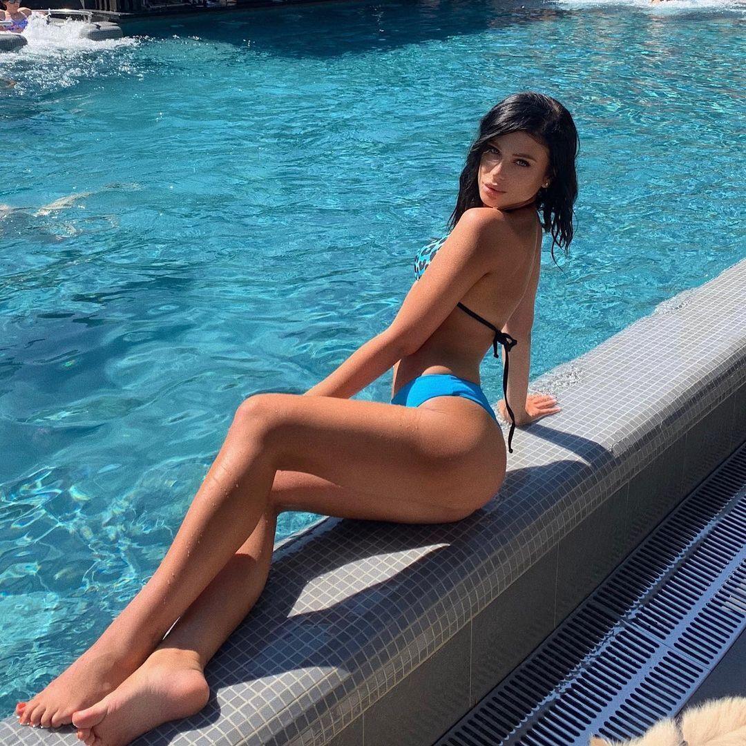 Анастасія Гладун на березі басейну