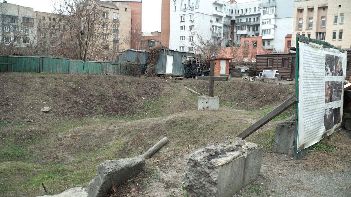 Крест на месте раскопок на Подоле