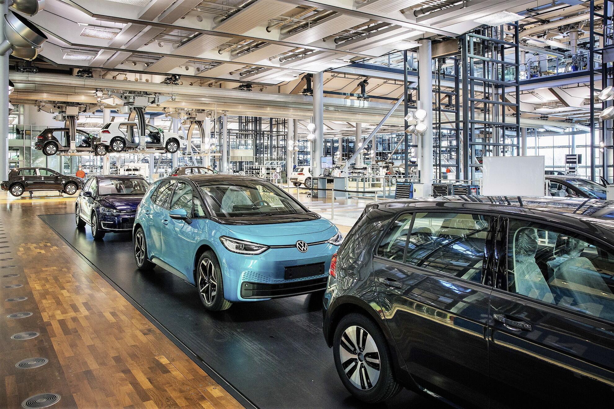 """Конвейер """"Стеклянной мануфактуры"""" в Дрездене перепрофилируют на выпуск электромобиля VW ID.3"""