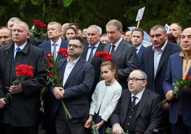 Генадий Кернес с дочерью на Мемориале в Харькове в 2019 году