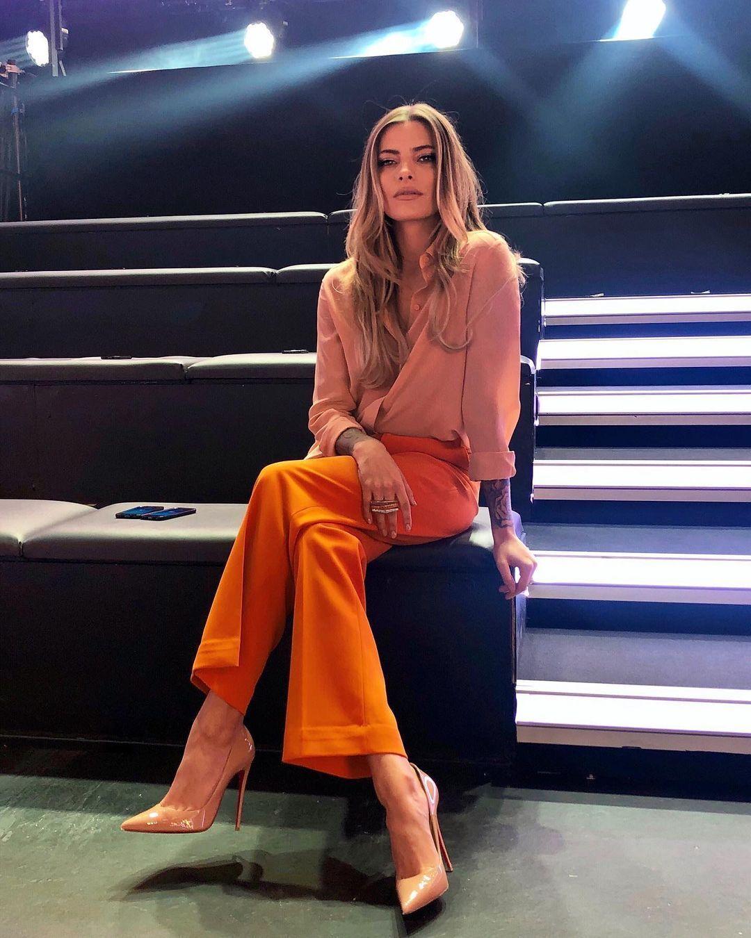 Софія Томалла в помаранчевих штанах
