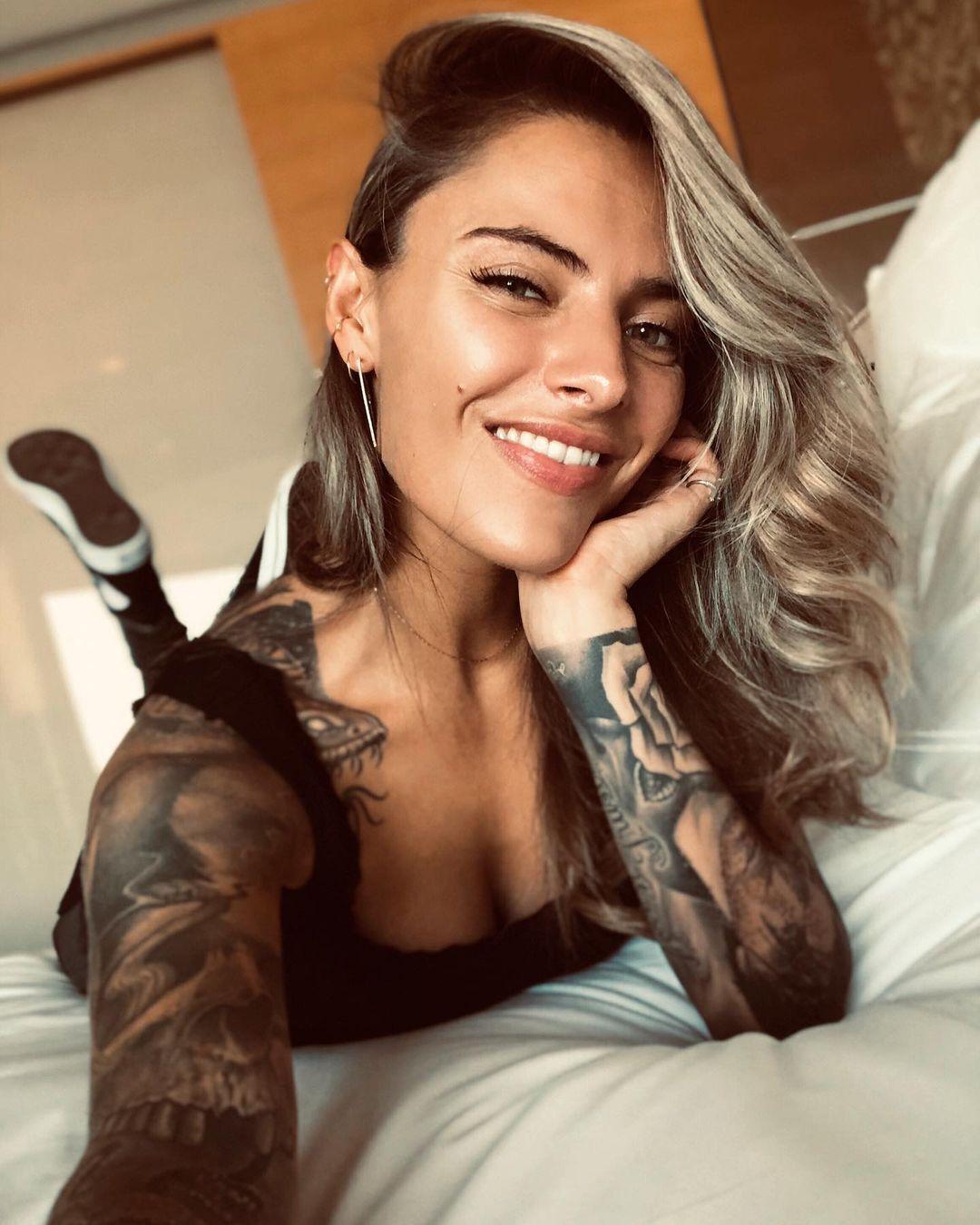 Софія Томалла позує на ліжку