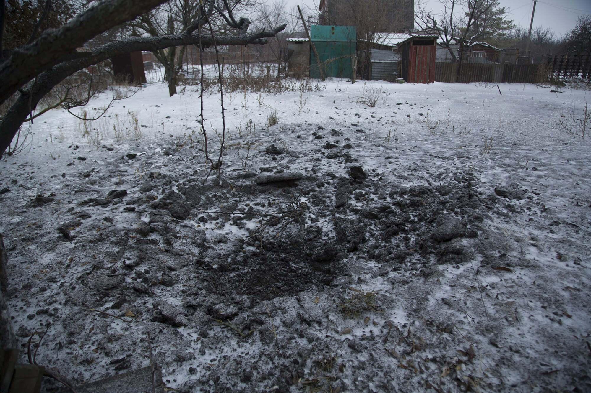 Одна из мин попала во двор местных жителей