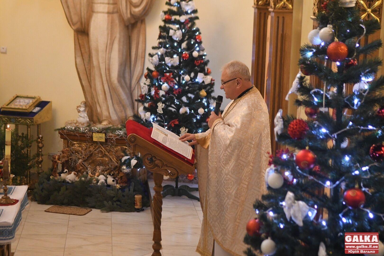 Священник читает Библию