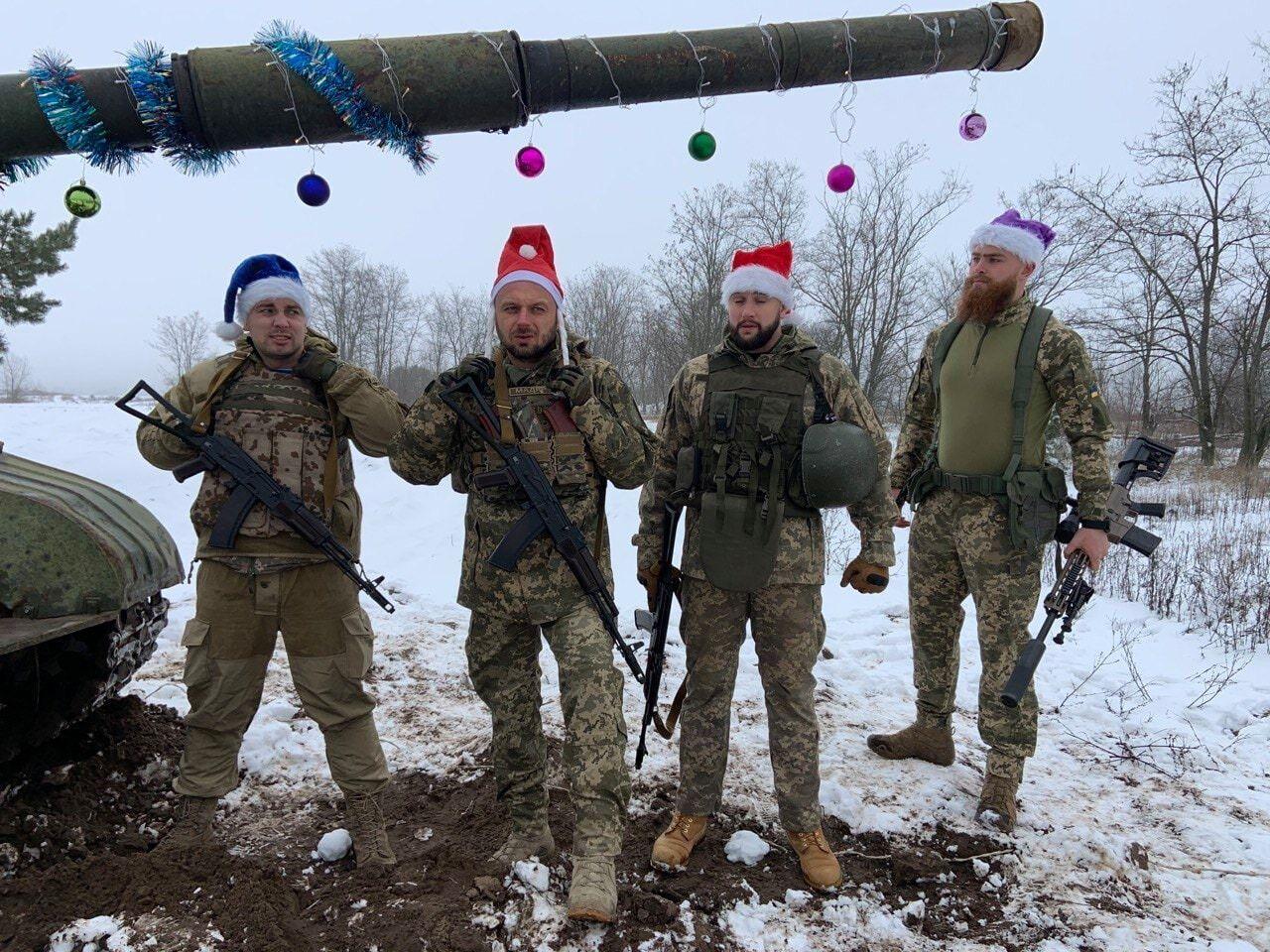 Воины ВСУ в образах Санта-Клаусов