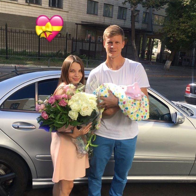 Влад і Дарина Кучеруки з новонародженим