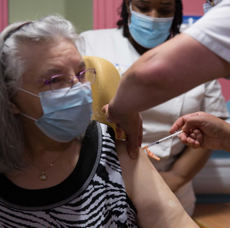 Первая француженка, получившая вакцину