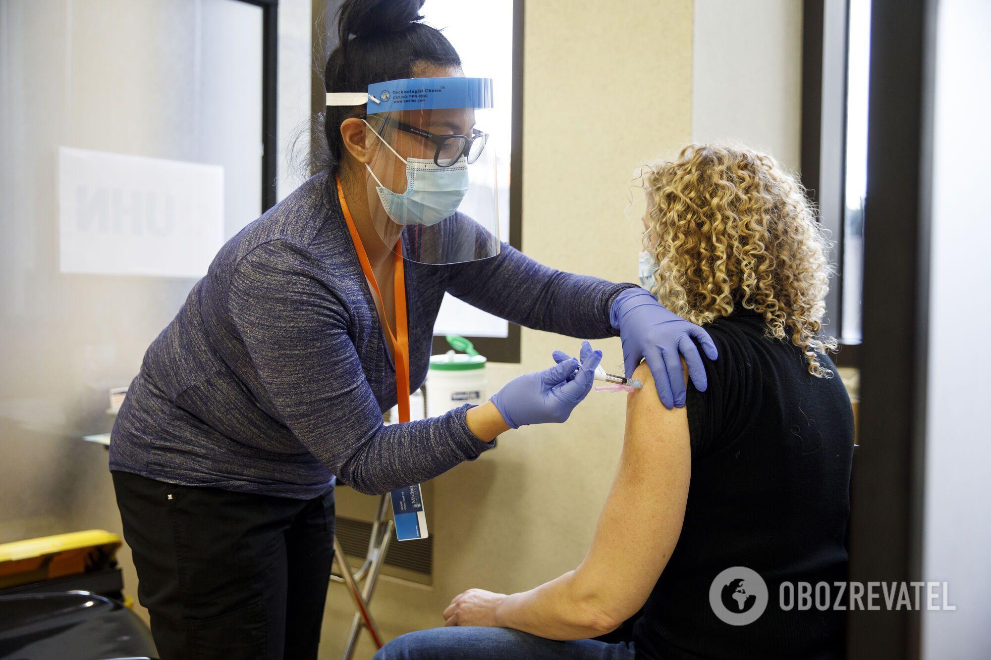 В Европе жители из групп риска получают прививки от COVID-19