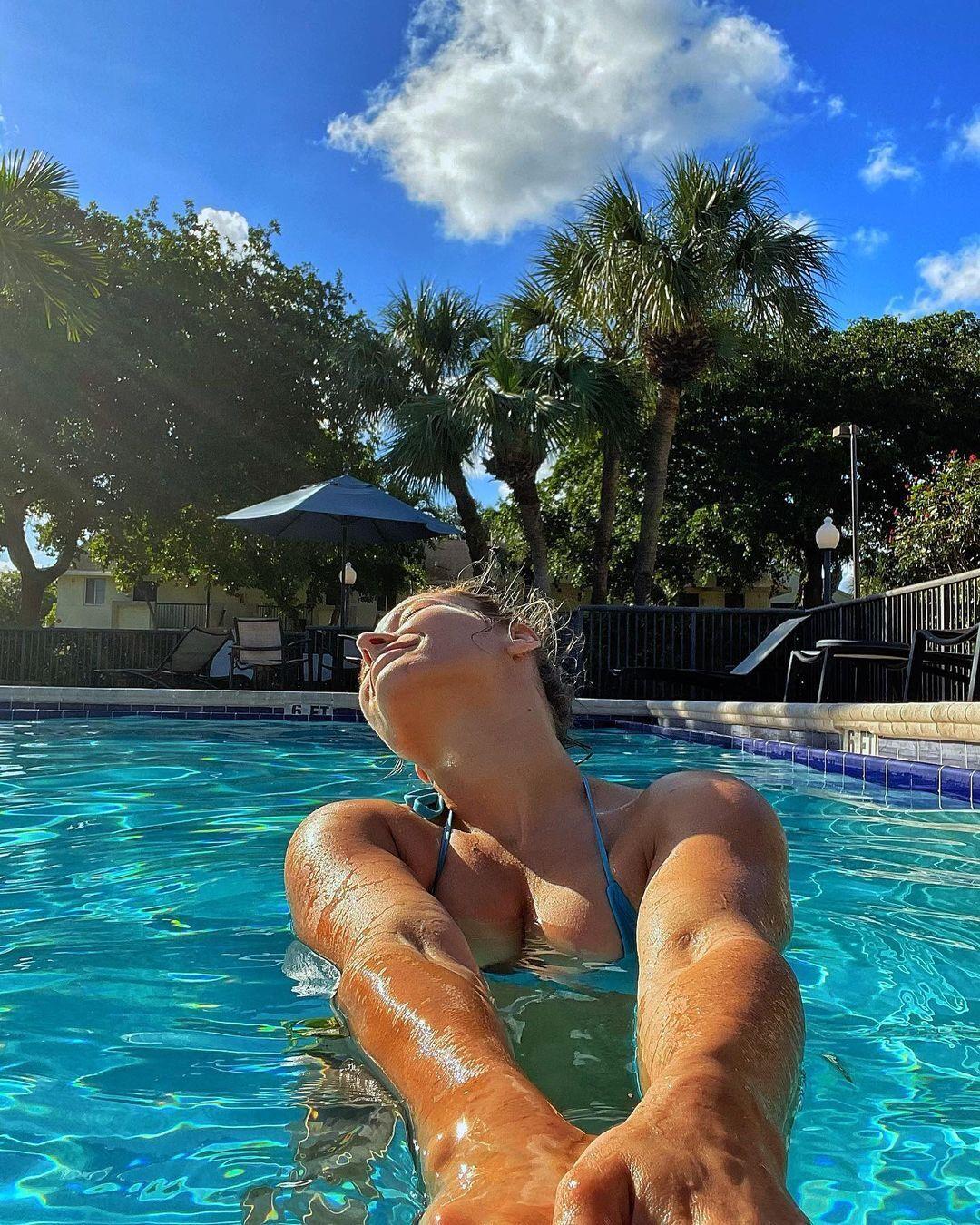 Марина Мороз в бассейне