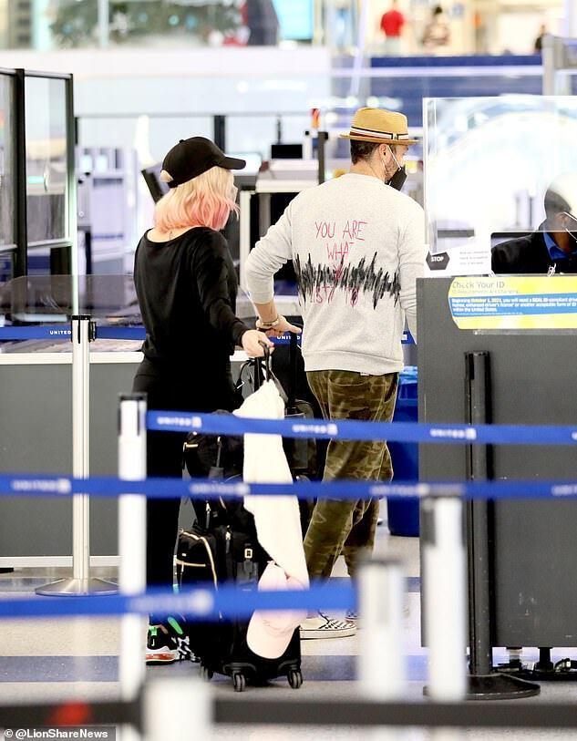 Брайана Остина Грина и Шарну Берджесс заметили вместе в аэропорту