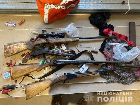 Зловмисники використовували зброю для залякування