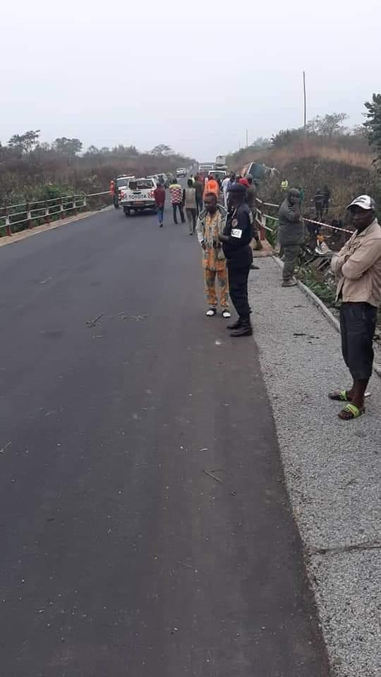 Водій намагався об'їхати людей на дорозі.