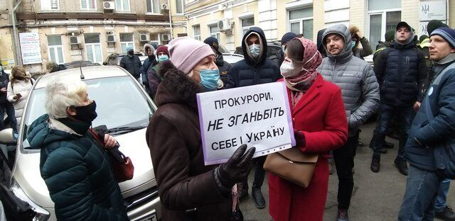 Активисты держали плакаты с призывом к прокурорам