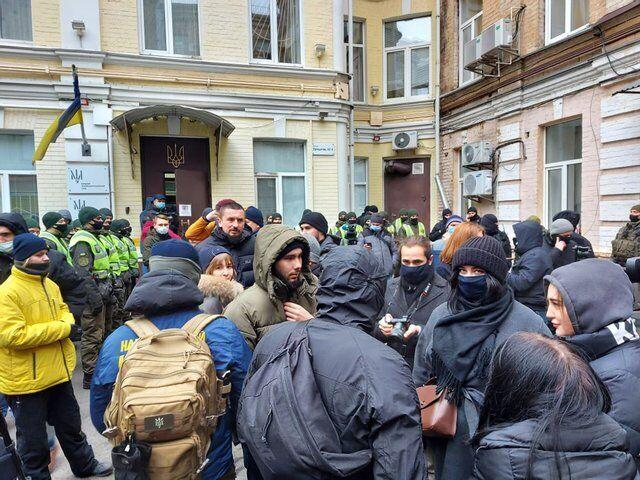У суда собрались десятки протестующих