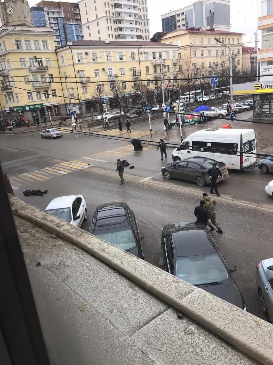 В центре Грозного двое с ножами напали на пост ДПС